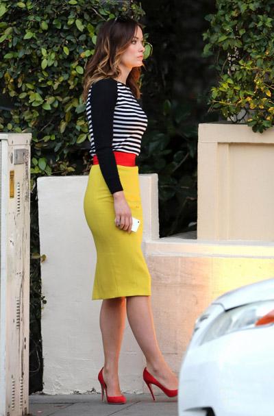 Оливия Уайлд в желтой юбке и полосатой кофте