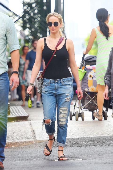 Дженнифер Лоурэнс в рваных джинсах и черном топе