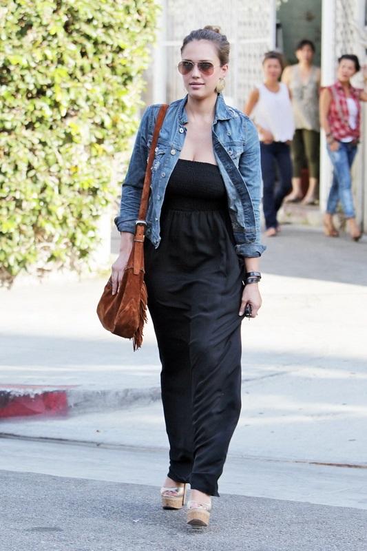 Джессика Альба в черном сарафане макси и джинсовой куртке