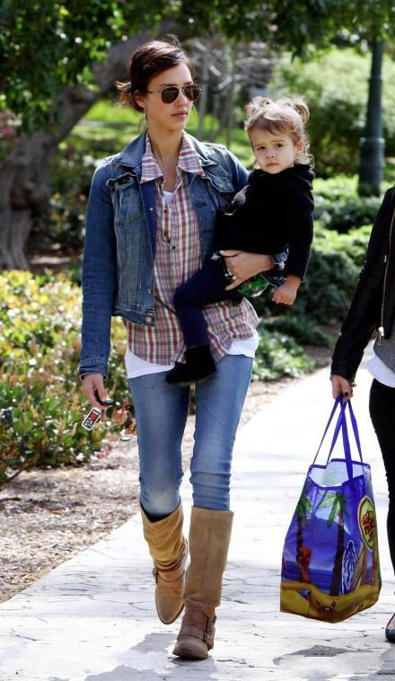 Джессика Альба в джинсах и джинсовке