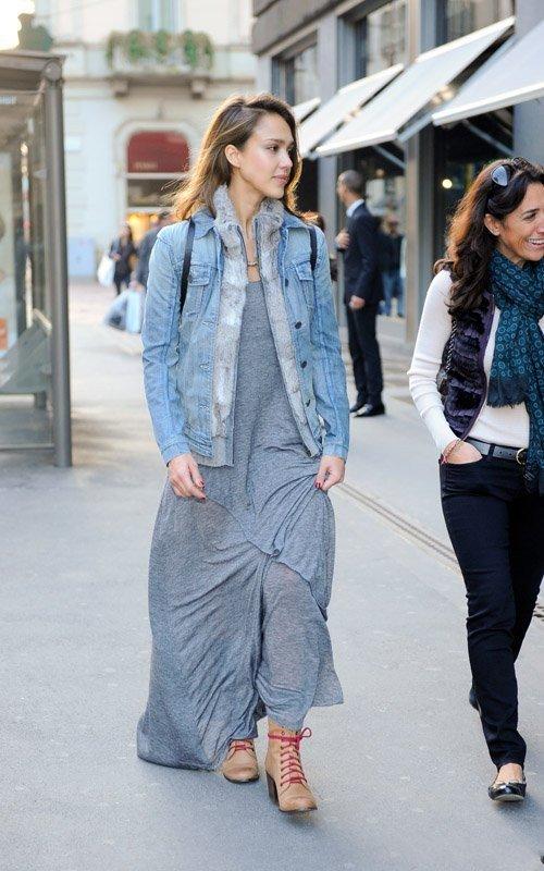 Джессика Альба в летящем сарафане и джинсовой куртке