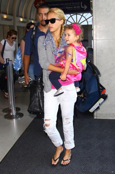 Джессика Альба в белых рваных джинсах и сером джемпере