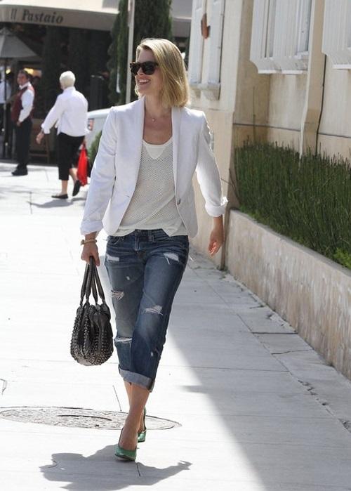 Эли Лартер в рваных джинсах, зеленых лодочках и белом жакете