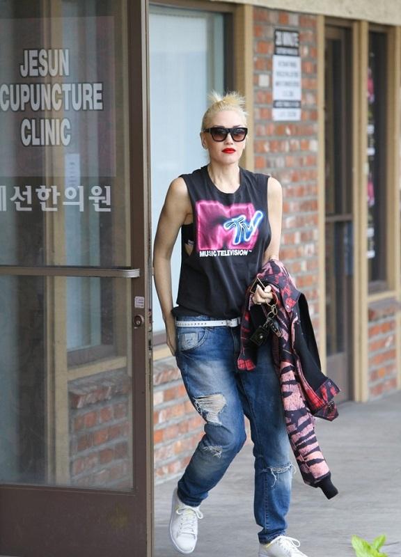 Гвен Стэфани в рваных джинсах, топе с принтом и белых кедах