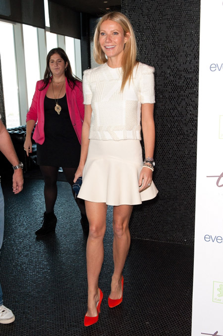 Гвинет Пэлтроу в белом платье и красных туфлях