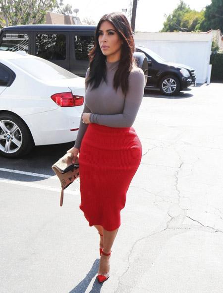 Ким Кардашьян в красных туфлях и юбке