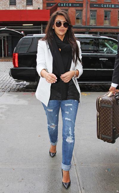 Ким Кардашьян в рваных джинсах, черных лодочках и белом жакете