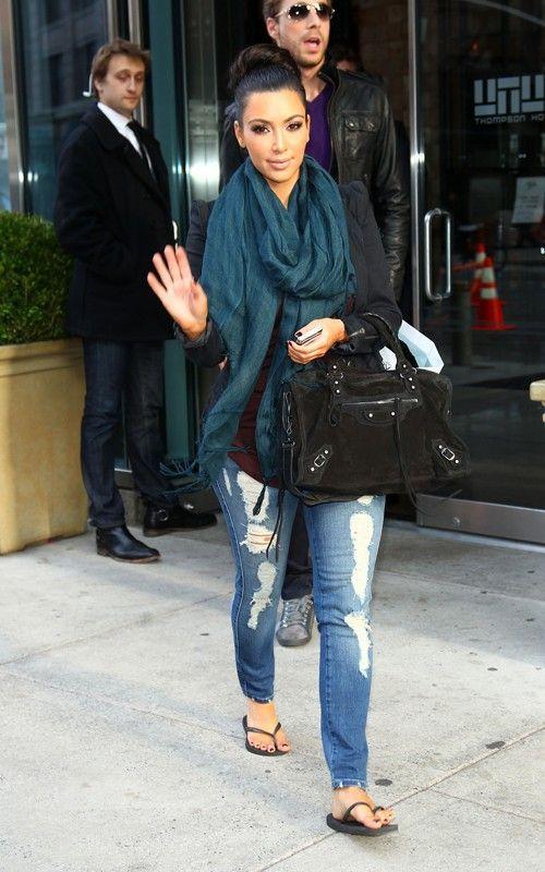 Ким Кардашьян в рваных джинсах, сланцах и шарфом хомутом на шее