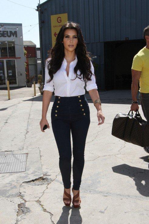 Ким Кардашьян в высоких джинсах