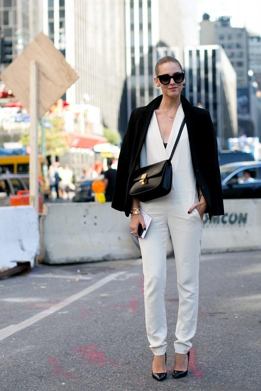 Классический образ, белый комбинезон с v-образным вырезом и черный пиджак