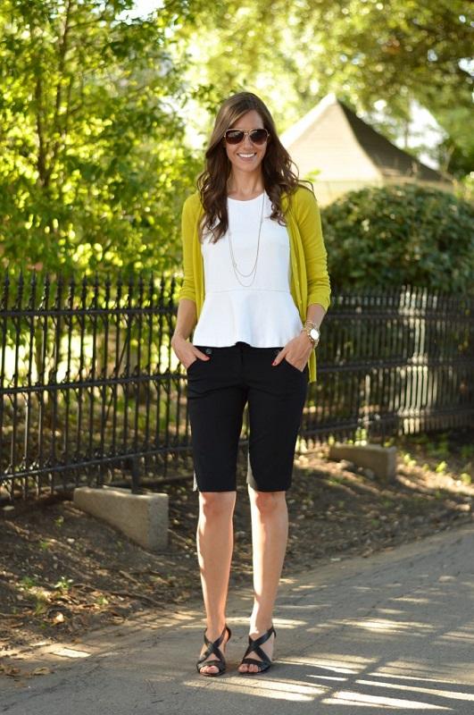 Классический образ, черные бермуды и белая блуза