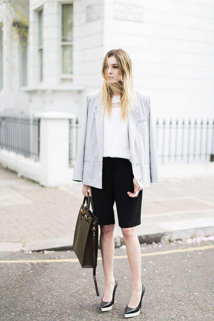 Классический образ для офиса, черные бермуды, белая блуза и бежевый пиджак