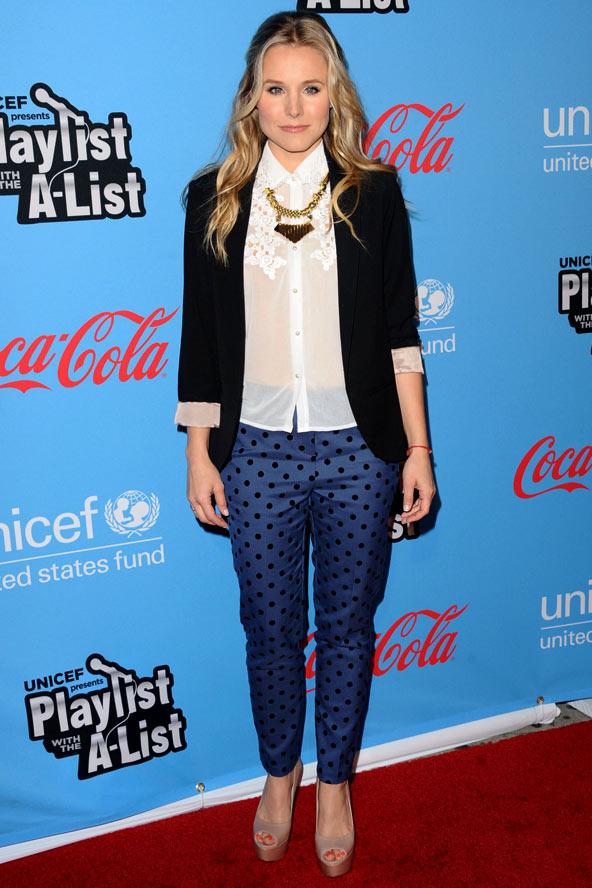 Кристен Белл в синих брюках в горох