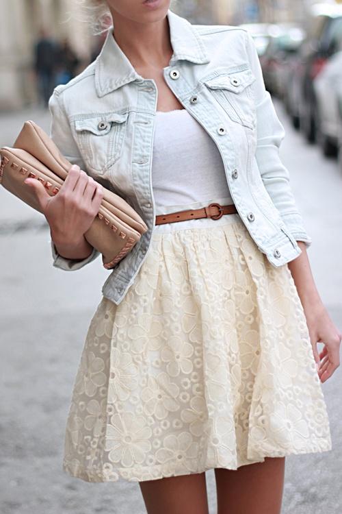 Лук с белой джинсовкой