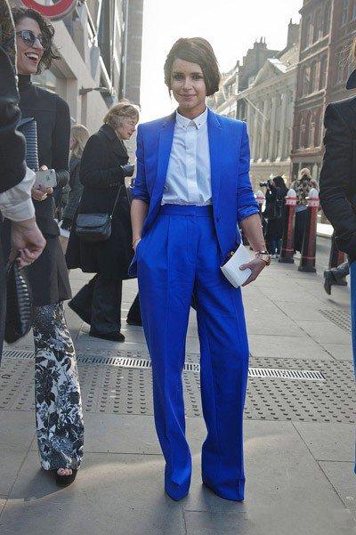 Мирослава Дума в синих брюках и синем пиджаке