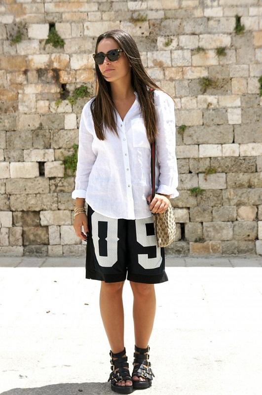 Модель с спортивных шортах=бермудах и белой рубашке