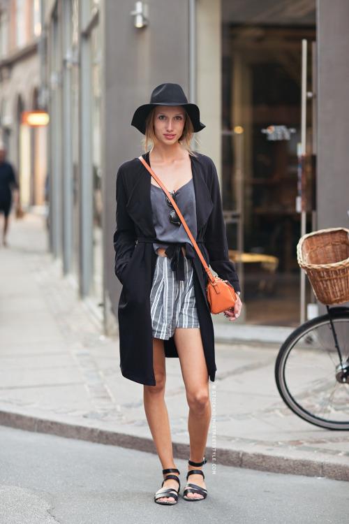 Модель в серых шортах бермудах и длинном черном кардигане