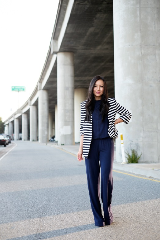 Модель в темно-синем комбинезоне и пиджаке в морском стиле