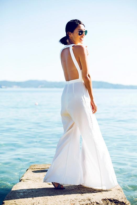 Молодежный образ, белый комбинезон с брюками клеш и открытой спиной