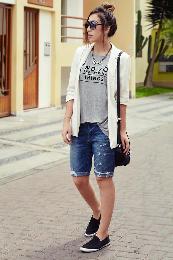 Молодежный образ, джинсовые бермуды, футболка и бежевый пиджак