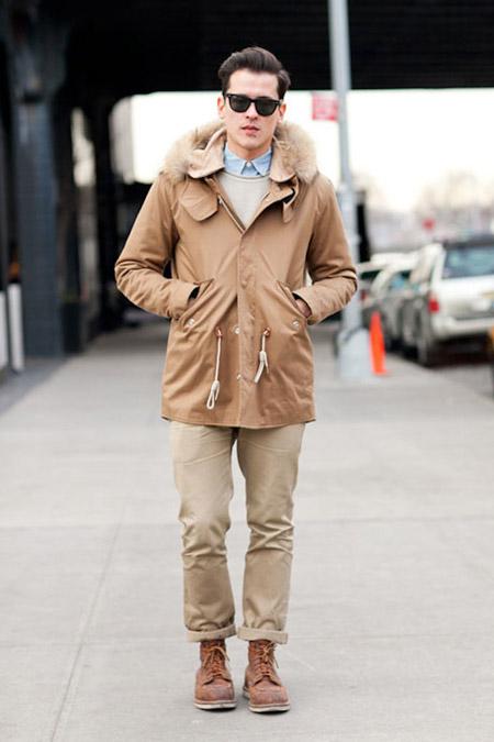 Парень в бежевых брюках и бкжевой куртке