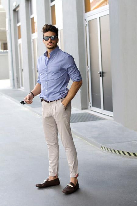 Парень в голубой рубашке и брюках
