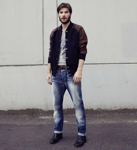 Парень в классических джинсах и бомбере