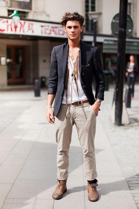 Парень в уличном луке с бежевыми брюками