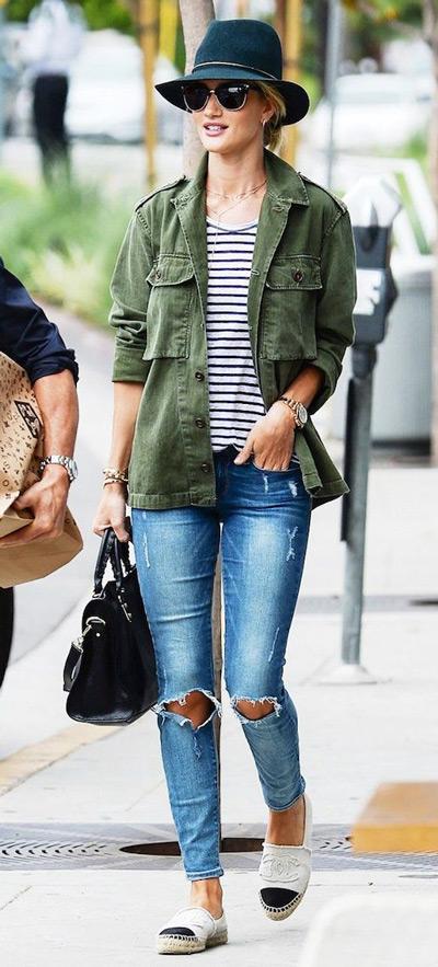 Рози Хантингтон в рваных синих джинсах, куртке в стиле милитари и шляпе