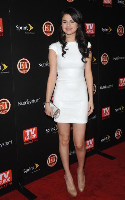 Селена Гомес в белом платье