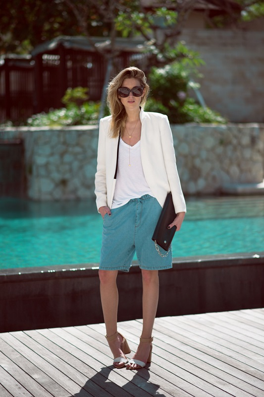 Смелое сочетание, джинсовые бермуды и белый пиджак