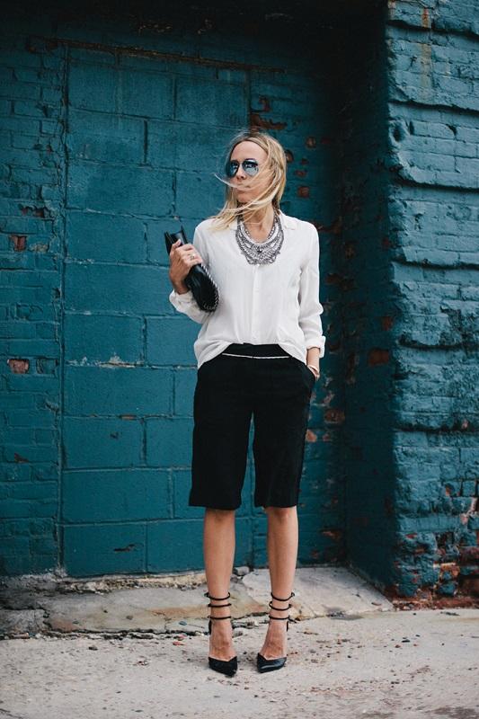 Строгий образ, отличный вариант для работы, черные бермуды и белая блуза с рукавом