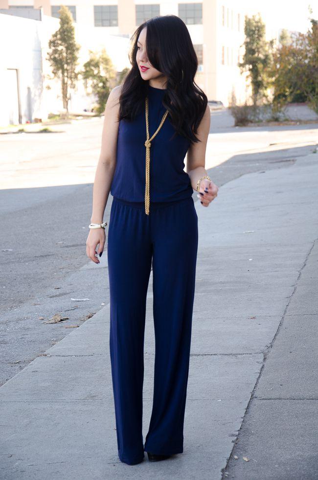 Темно-синий комбинезон с золотыми аксессуарами, элегантный образ