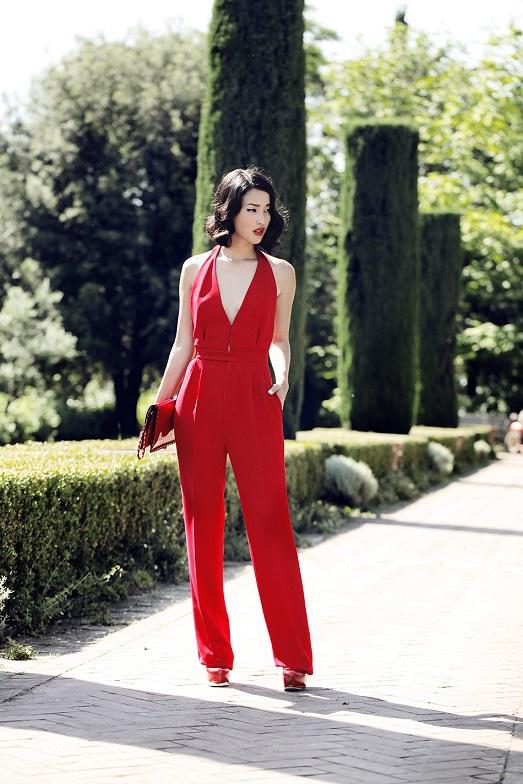 Яркий образ, красный комбинезон с глубоким вырезом