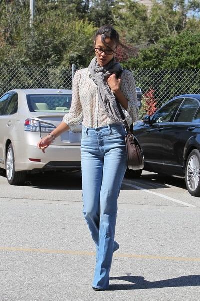 Зои Салдана в джинсах с высокой талией
