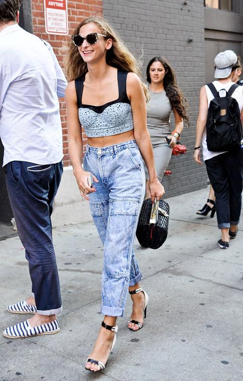 Отличный комплект - кроп топ и джинсы с завышенной талией