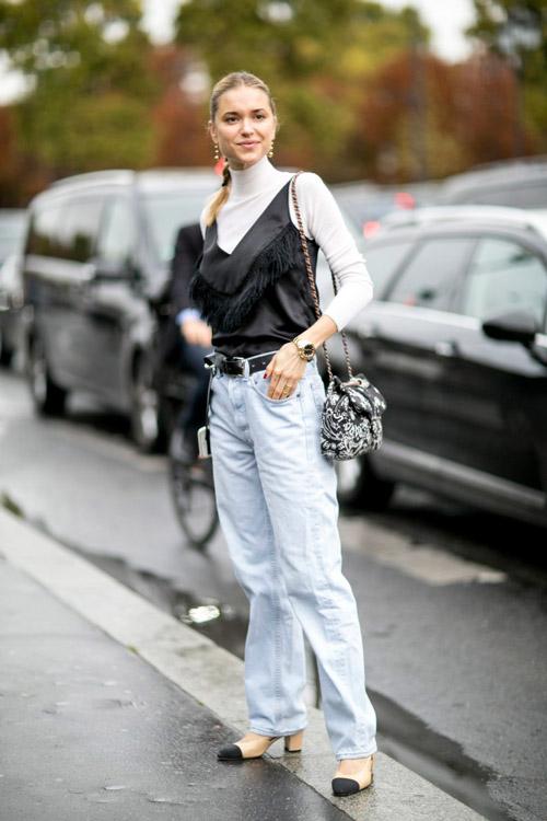 Урок в слоях: чтобы выглядеть модно, добавь к заправленной в джинсы водолазке шелк, кружево или бахрому