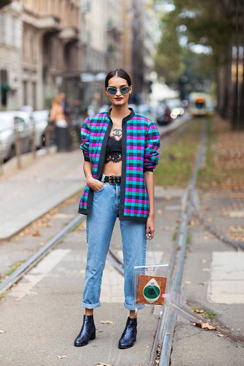 Самый простой способ носить женское белье открыто - это сочетать джинсы с завышенной талией, кружевной топ бюстье и кардиган. В этом случае более уместны кроссовки или ботинки, если ты хочешь носить этот лук как повседневный