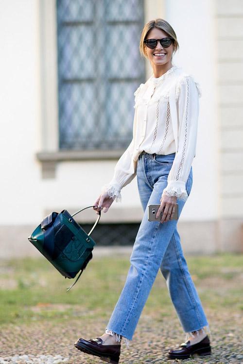 Соедини мужской и женский стиль - укороченные джинсы, легкая рубашка и мокасины.