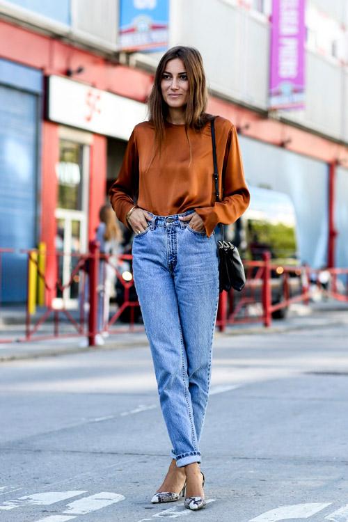 Синий деним по своей сути повседневный и что бы сделать образ более нарядным заправь шелковую блузку с длинными рукавами в джинсы и подбери туфли в тон.