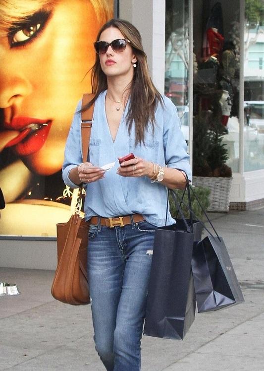 Алессандра Амбросио в голубой блузке