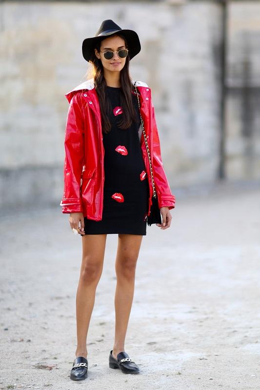 Черное мини платье с принтом губы и красная блестящая куртка