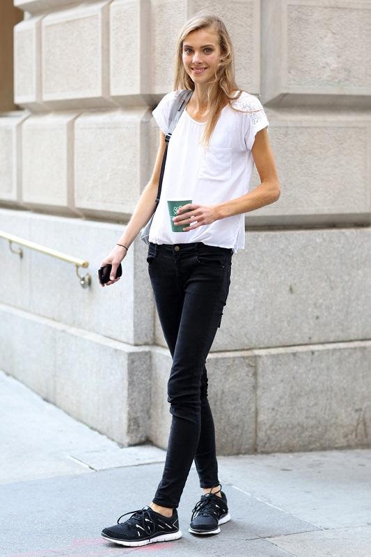 Черные узкие джинсы и белая футболка