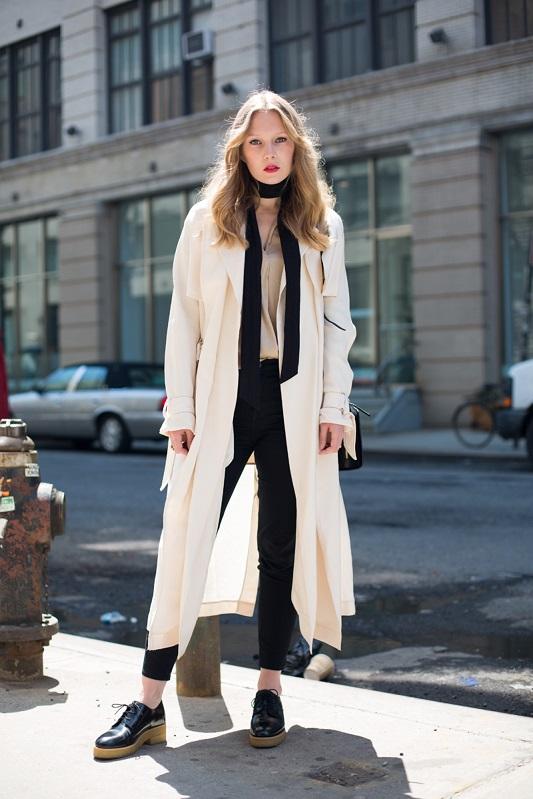 Carolina Engman в джинсах, белом пальто и тонким шарфиком на шее