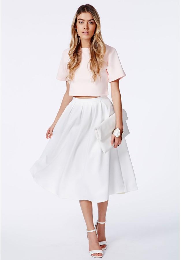 Девушка в белом комплекте