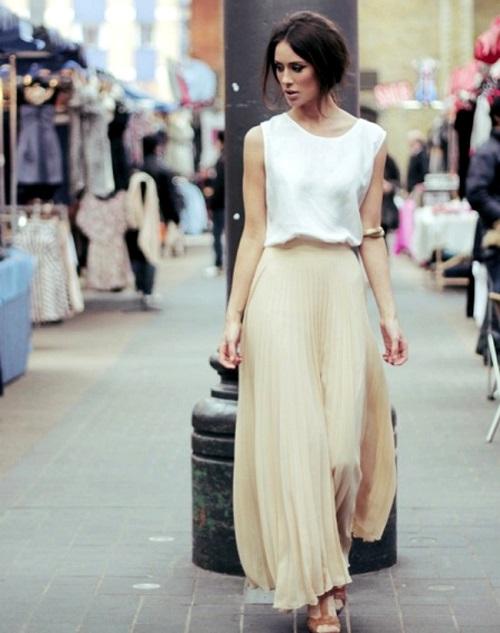 Девушка в белом топе и юбке