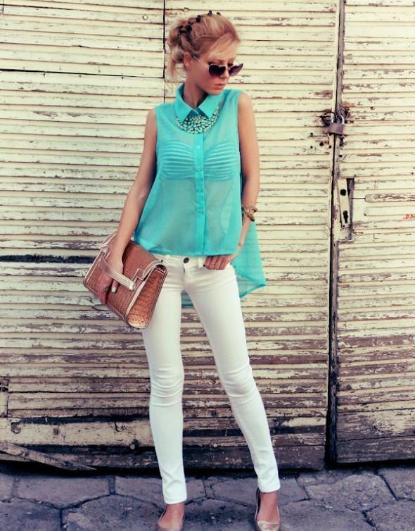 Девушка в белых брюках и блузке