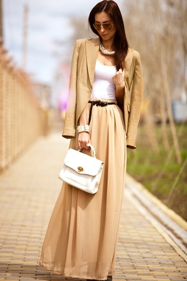 Девушка в бежевом пиджаке и юбке