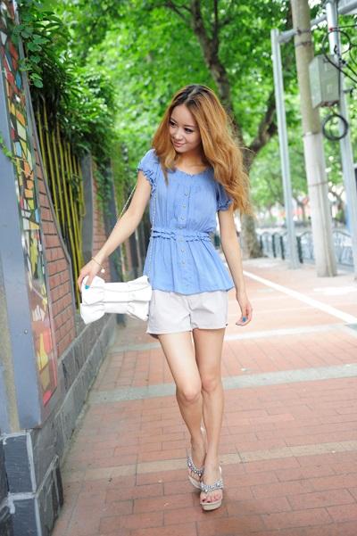 Девушка в блузке с коротким рукавом