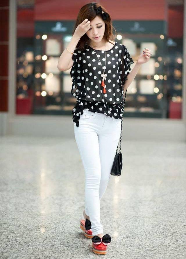 Девушка в блузке в белый горох